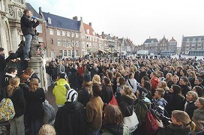 Scholier spreekt mede-actievoerders toe in Middelburg