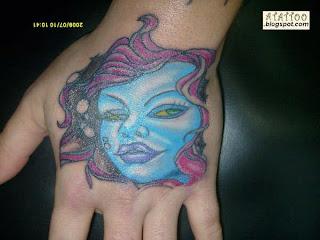 Rosto tatuado na mão