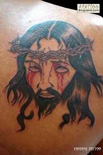 Jesus Cristo tatuado na lateral das costas