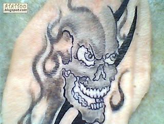 Caveira com tribal tatuada em pele de porco