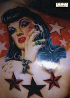 Mulher com estrelas tatuadas nas costas.