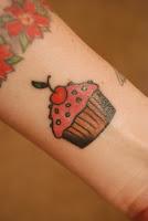 Tatuagem de bolo com cereja