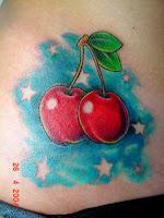 Tatuagem de cerejas com estrelas