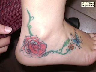 Rosa tatuada no pé