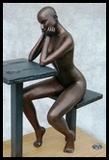Figure féminine pose assise  reveuse contemple ses mains