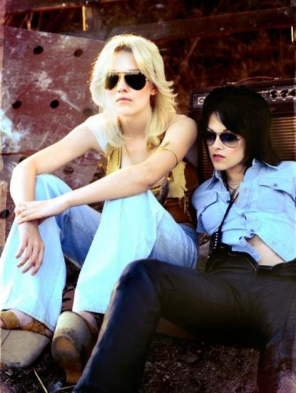 Dakota Fanning and Kristen Stewart in a scene from The Runaways