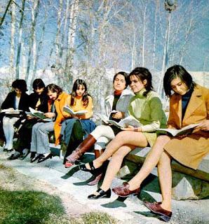 طالبات في صورة التقطت عام 1970 في طهران قبل قيام الثورة الغير إسلاميه الغير مباركه
