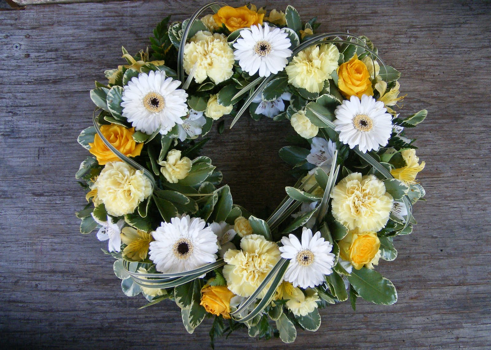Tippetts florist flowers oadby july 2010 yellow and white wreath izmirmasajfo