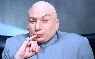 Foto do Dr. Evil em sua clássica pose de mau