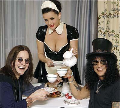 Ozzy Osbourne e Slash tomam chá juntos