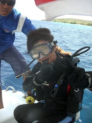 Mamiko prepares to roll, menjangan island, Bali