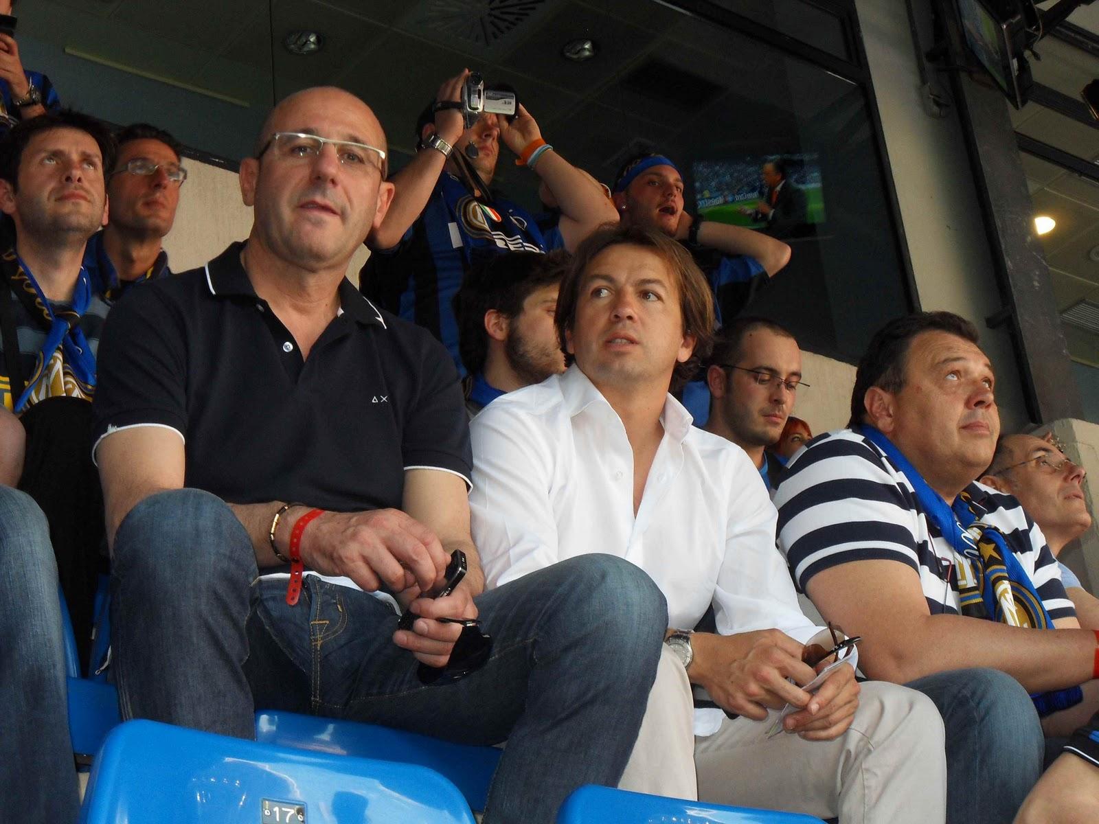 Zanetti che alza la Coppa Cambiasso con la maglia del Cipe i giocatori in campo coi