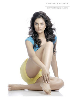 Pooja Chitgopekar looking hot and showing her legs