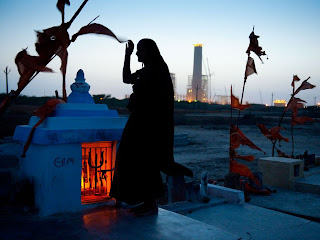 Fabulous Image of a woman in Gujarat visits the grave of an ancestor