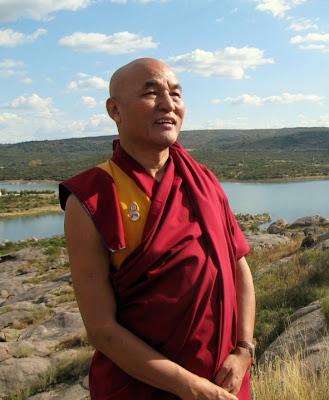 EL ANACRÓNICO FASTO DEL VATICANO Monje_budista