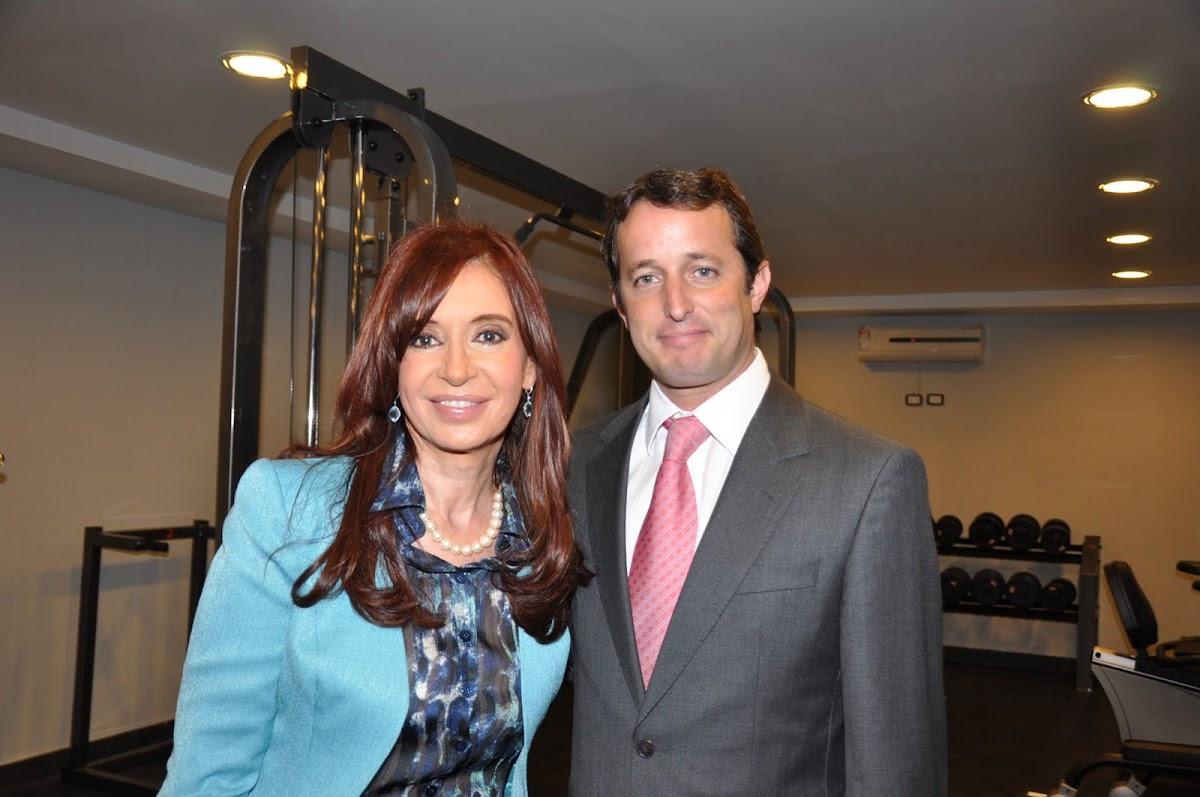 http://2.bp.blogspot.com/_o9iCBr2G_BY/TCfE4iROqdI/AAAAAAAAABc/EWz90zSZDqM/s1200/Cristina+e+Insaurralde.JPG