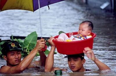 familie afectata de inundatie copil