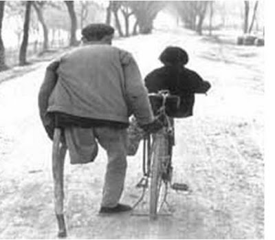 un om fara picior handicapat tristete