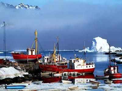peisaj de iarna cu lac vapor si muntii