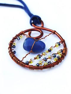pandantiv handmade din sarma de cupru, margele de nisip, agata albastra