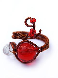 inel handmade din sarma de cupru, margele de nisip si de sticla, cristal de sticla