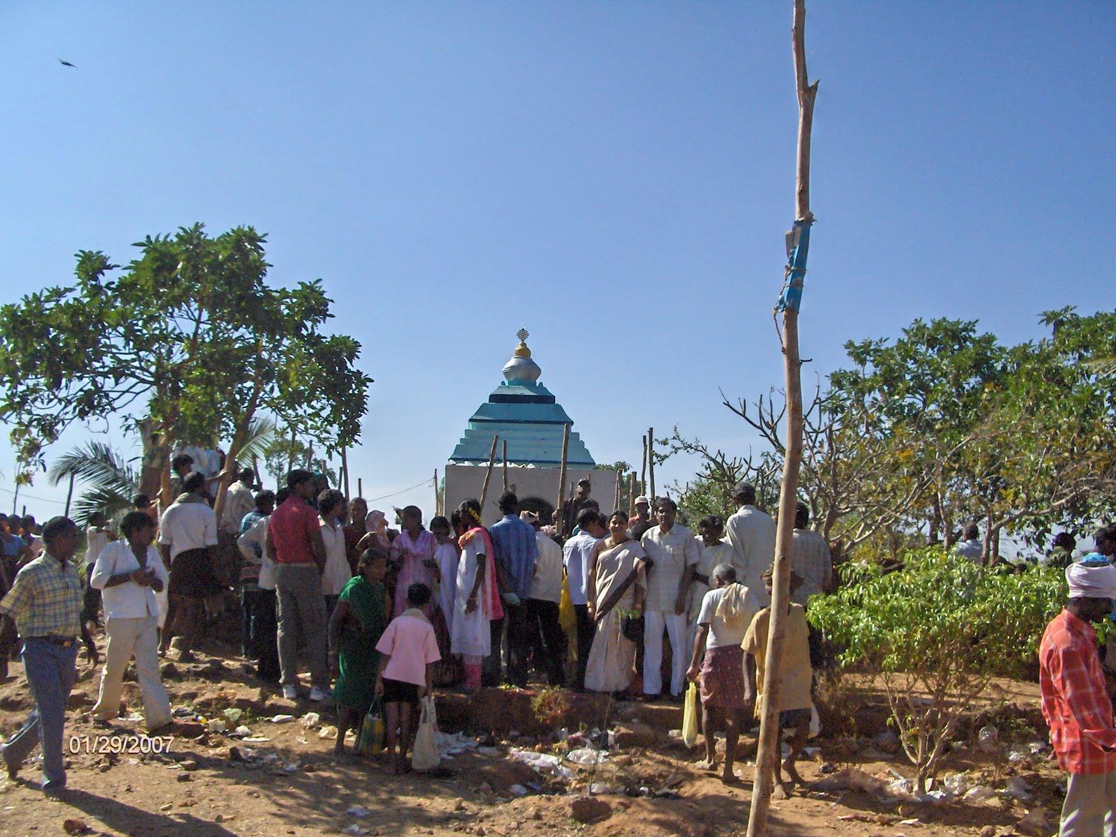 http://2.bp.blogspot.com/_oIowsJflyGQ/SsDp4_io68I/AAAAAAAAAXE/aT56cKhqng8/s1600/Dr+%26+Rupa+at+Venugopal+swamy+temple+long-view+on+salihundam+hills.JPG