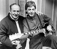Les Paul presentando a Paul McCartney la guitarra para zurdos 'Les Paul Lite'