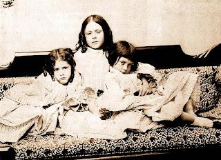 Alice Liddell (a la derecha) con sus hermanas - Lewis Carroll
