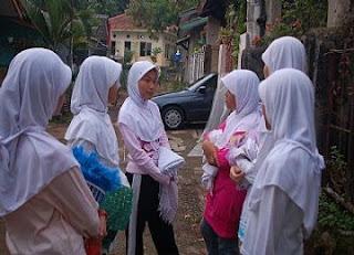 Foto Anak SMP berjilbab pulang mengaji