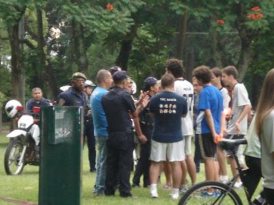Guarda Civil conversando com os jogadores
