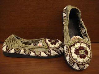 Пряжей терракотового цвета обвязать верхний ряд сандалика, ремешок и 0 ряд подошвы