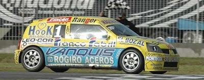 [Clic para agrandar - Bosio y su Renault en La Plata - foto prensa APAT]