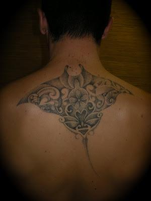 tatouage tortue maori. Le graphisme du tatouage est réalisé partiellement ou intégralement en Point