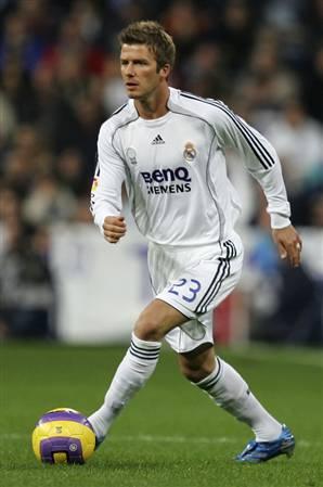 sepak bola adalah permainan bola yang sangat populer dimainkan oleh