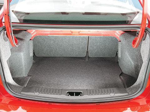 Protetor para entrada do porta malas 11.All+New+Fiesta+-+O+porta-malas+%C3%A9+menor,+362+contra+504+litros