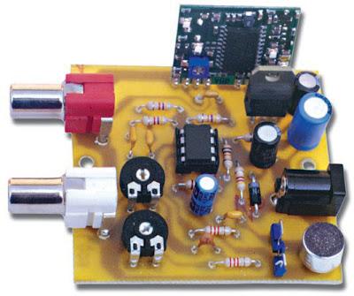 Photo d'un des prototypes de l'émetteur audio/vidéo UHF, une fois le montage terminé. La puissance rayonnée (1 mW) permet d'obtenir une portée d'environ 50 mètres, c'est-à-dire plus qu'il n'en faut pour des utilisations domestiques
