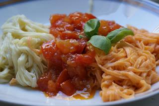 Zweifarbige Spaghetti mit Balsamico-Tomatensoße