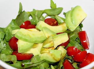 Ravioli mit Kartoffelfüllung, dazu Rucolasalat mit Tomate und Avocado