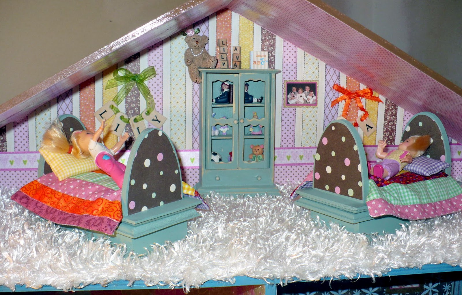 Scrapbook paper dollhouse wallpaper - She Used Scrapbook Paper And Mod Podged It Onto All The Walls She
