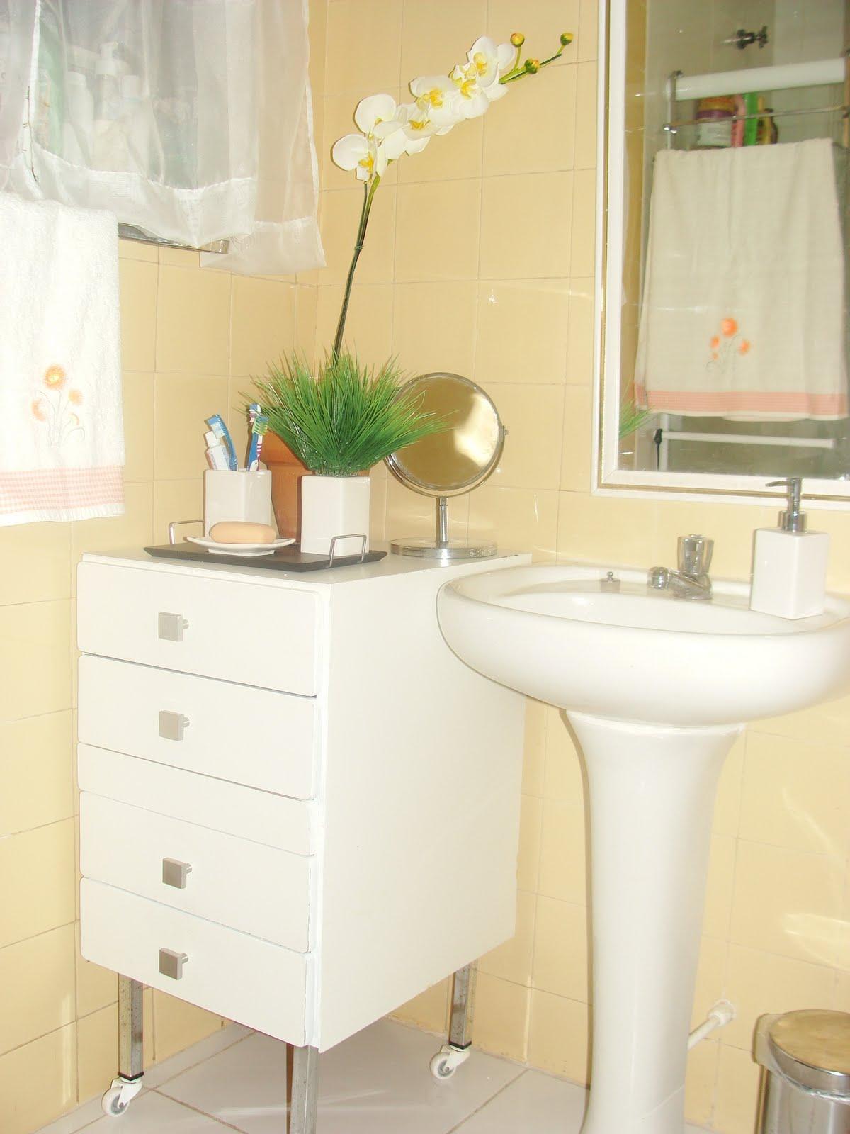 Olha o bonitinho aqui num cantinho do banheiro fazendo pose de  #A79324 1200 1600