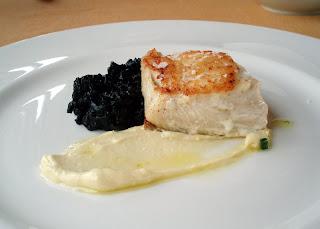 Merluza con arroz negro