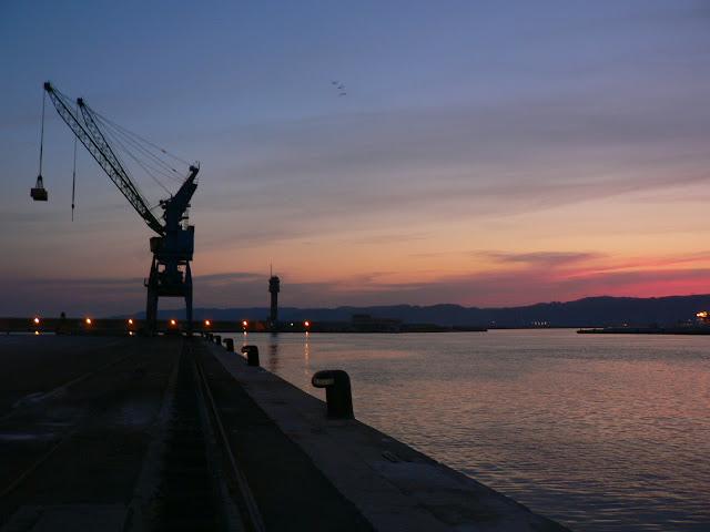 port autonome de Marseille - vue sur une grue de nuit