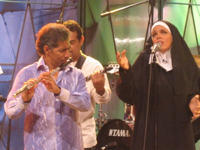 Sor Dina sings with Nestor Torres