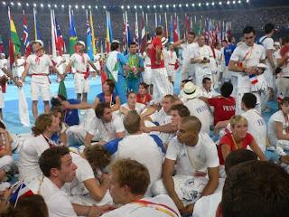 Fabien Gilot entouré des athlètes français lors de la cérémonie de cloture des JO de Pékin 2008