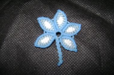 escarapelas en forma de flor...