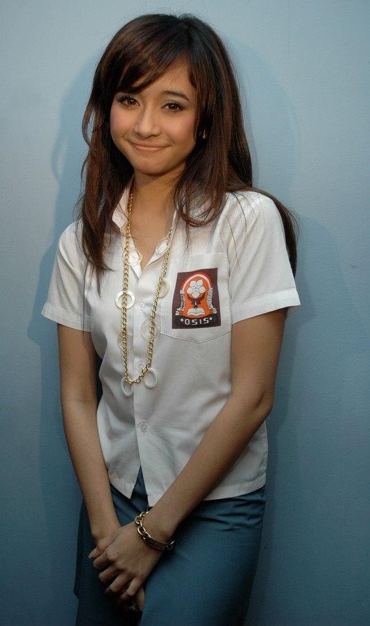 Foto Manis Laudya Chintya Bella Berseragam SMU Celebrity Style