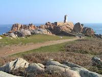 Sur l'île de Bréhat, le phare du Paon sur ses rochers roses