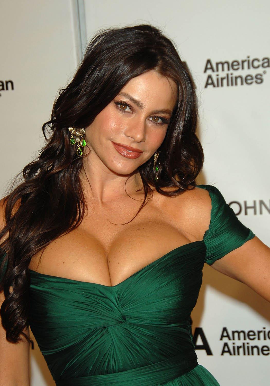 http://2.bp.blogspot.com/_otYSffaXp0Q/TCjrH8A4bWI/AAAAAAAARMo/U6tCsuEt51s/s1600/sofia_vergara_elton_big.jpg