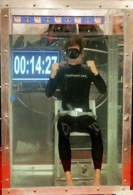 Tom Sietas holding his breath underwater to break world record