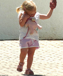 Alex Woolfall 'knows': 'The Last Photo', and other photos of Madeleine in Praia da Luz  - Page 18 SeanAmelie+%2836%29